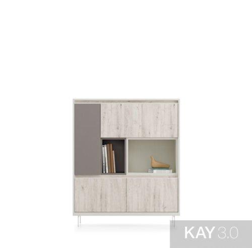 Aparador con patas metálicas que combina puertas y huecos para libros y decoración