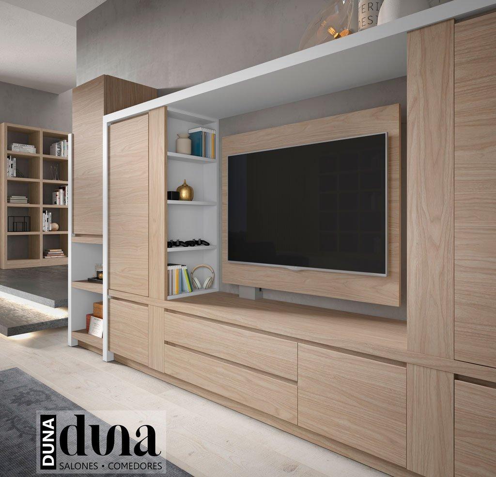 Detalle de la estantería en color gris claro junto al mueble TV