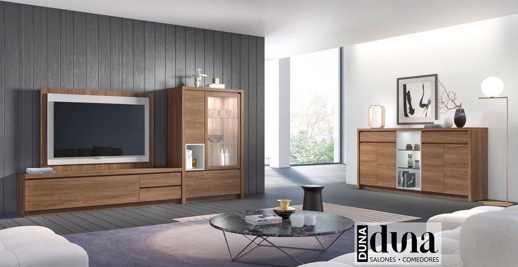 Salón en color Nogal con un mueble TV con vitrina y un aparador
