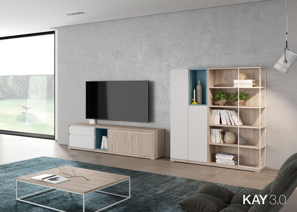 Salón con un mueble TV giratorio pequeño junto a una estantería vertical