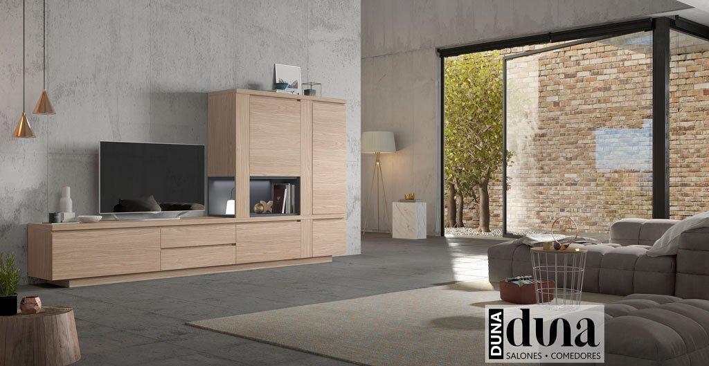Salón moderno con un mueble TV junto a una estantería decorativa