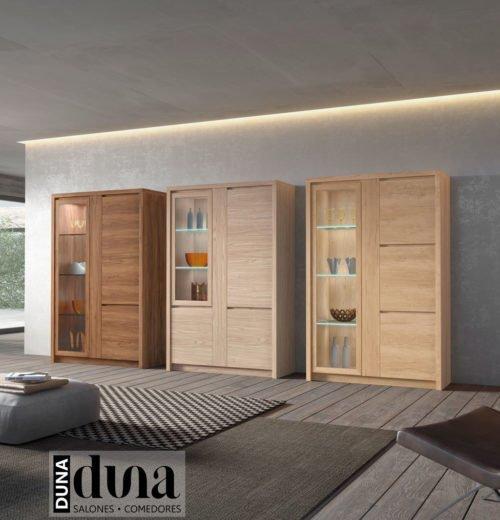 Vitrinas de altura media para el salón comedor con colores de maderas diferentes
