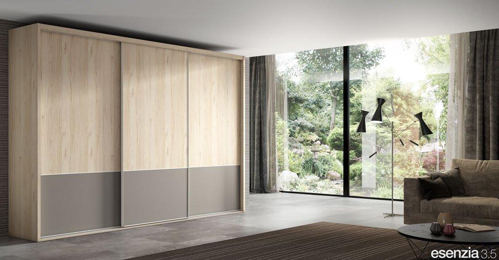 Armario de tres puertas correderas en color Bambú y Avellana en el plafón inferior