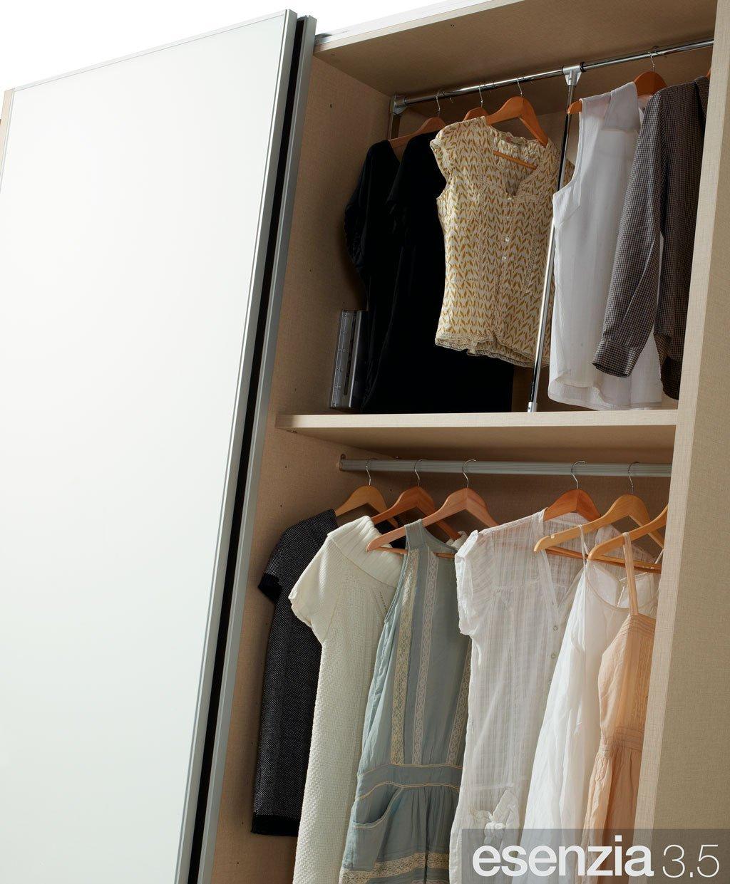 Barras para colgar la ropa para completar el armario del dormitorio