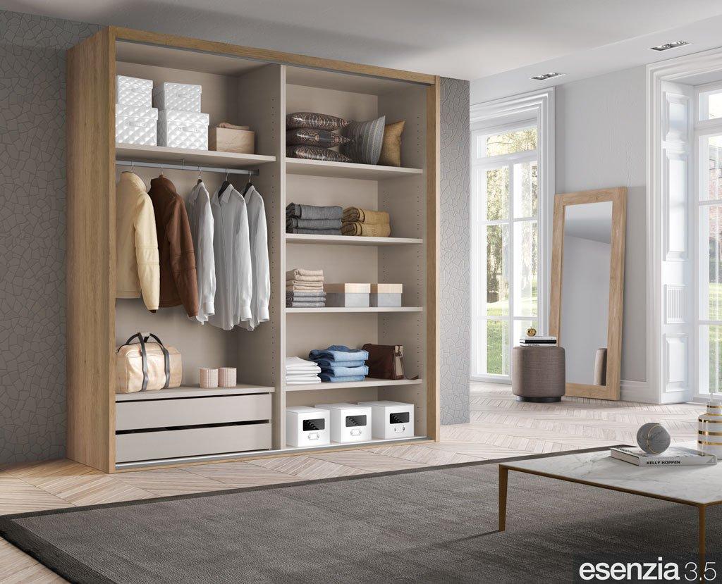 Interior de armario con estantes, perchero y cajonera