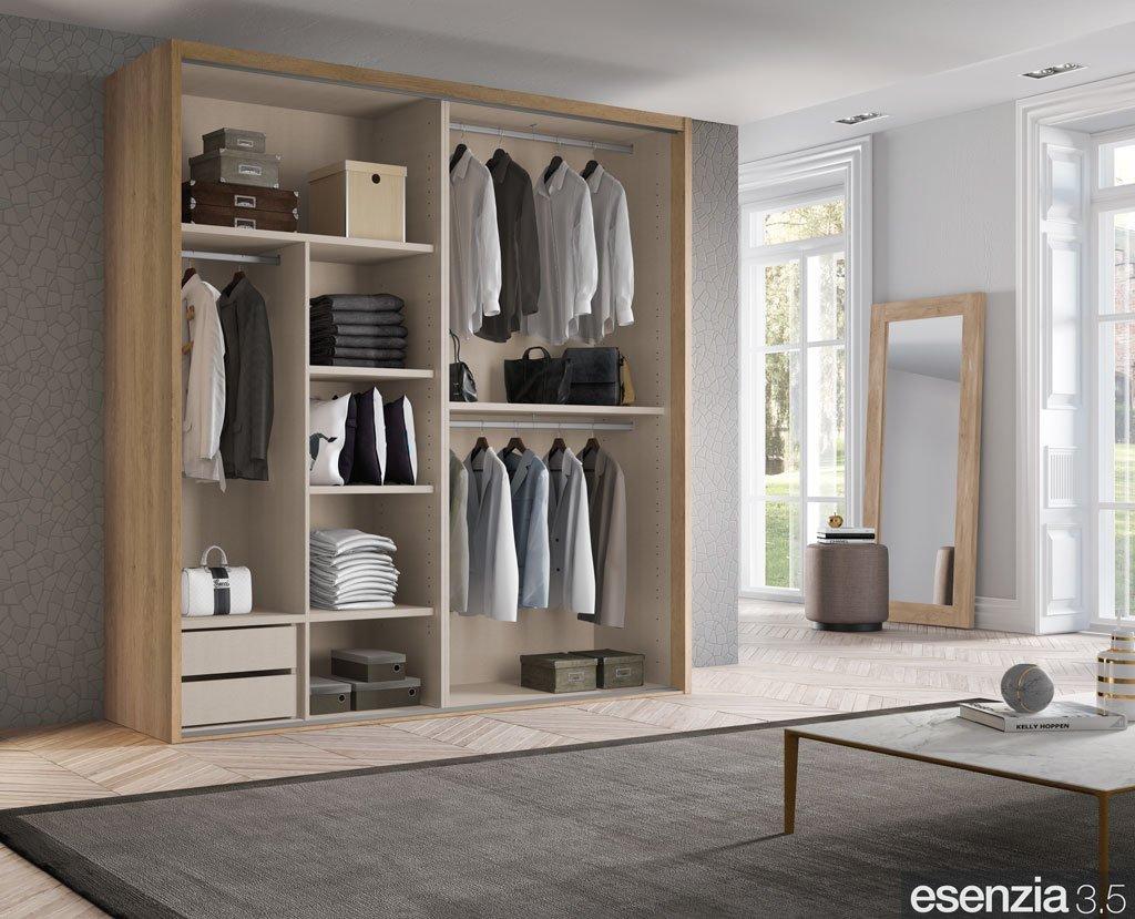 Interior del armario con percheros, estantes y cajonera